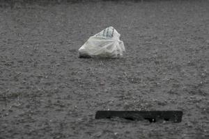 La lluvia arrastró bolsas de basura a varias alcantarillas en la zona centro de Torreón.