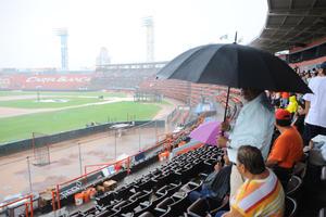 El cuarto partido de postemporada que sostendrían Diablos Rojos del México y Vaqueros Laguna se suspendió debido a una fuerte lluvia que dejó en malas condiciones el estadio Revolución.