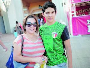 24082014 EN EL ESTADIO.  Lorena y Armando.