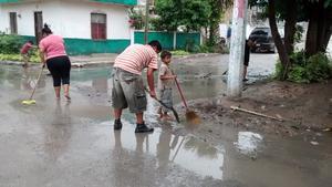 En colonias como la Francisco Villa el agua entró hasta las casas y los vecinos tuvieron que sacarla ellos mismos.