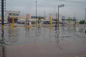 Algunas vialidades de Torreón permanecieron encharcadas prácticamente toda la mañana, dificultando el tránsito peatonal y vehicular.