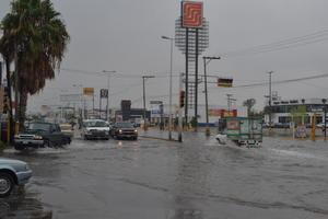 El agua ocasionó que el tráfico vehicular fuera lento en las primeras horas de la mañana sabatina.