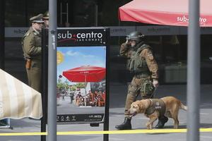 Según un testigo, la bomba -supuestamente un extintor con pólvora- habría estado instalada en un bolso femenino dejado en el lugar por personas que huyeron rápidamente antes de la explosión.
