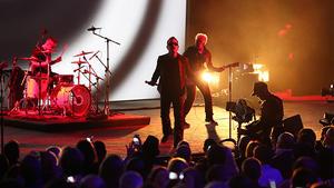 La banda U2 hizo una aparición sorpresa en el evento al irrumpir en el escenario para contagiar con su música a los presentes.
