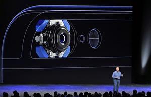 La cámara, según habían indicado los rumores, sobresale un poco del teléfono.