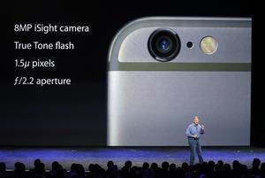 La empresa tecnológica destacó también durante la presentación que los teléfonos llevan incorporadas cámaras más potentes de 8 megapíxeles y un sistema de autoenfoque el doble de rápido que el del iPhone 5 S, así como un sistema de estabilización de la imagen para impedir las fotografías borrosas.