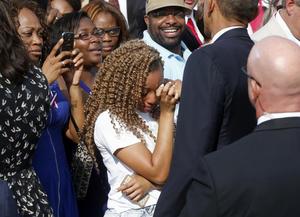 Obama mantuvo cercanía con los familiares de las víctimas durante el evento de conmemoración.