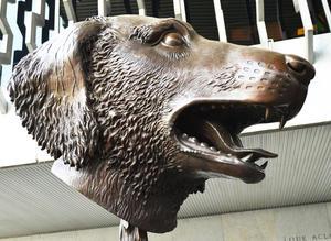 Perro, la exposición Cabezas del Zodíaco, Círculo de Animales permanece en el patio central del Museo Nacional de Antropología.