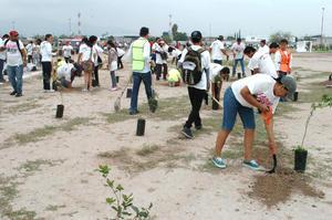En un ambiente familiar, laguneros han participado plantando árboles.