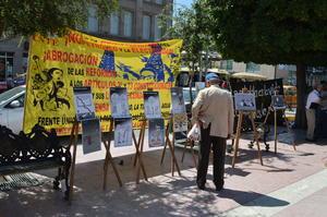 Los integrantes del movimiento colocaron caricaturas, lonas y carteles en la esquina de Valdés Carrillo y Juárez de la Plaza de Armas de Torreón, sitio al que acudieron además representantes de diversos colectivos culturales e incluso un contingente de estudiantes de la Universidad Autónoma de Coahuila.