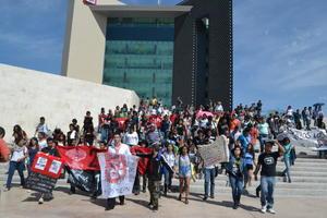 Los estudiantes lanzaron además algunas consignas en la presidencia municipal, en donde hicieron una parada.