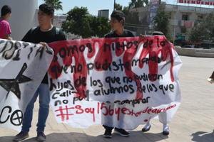 Los estudiantes, universitarios y de preparatoria, utilizaron mantas para enviar su mensaje contra la represión vivida en el 68.