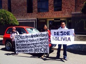 Bolivianos también se reunieron para enviar sus mensajes de paz y lamentarse por el caos generado en el estado.