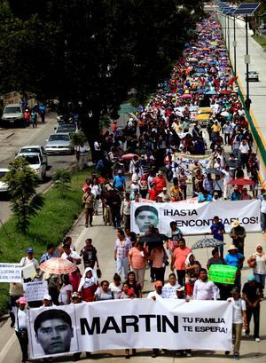 En Chilpancingo, capital de Guerrero, 10,000 manifestantes según la policía y 50,000 según los organizadores, exigieron la aparición de los 43 estudiantes de la Escuela Normal Rural de Ayotzinapa, el esclarecimiento de la muerte de seis personas y la renuncia del gobernador Ángel Aguirre.