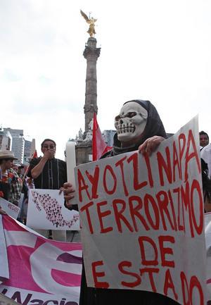 Con grandes mantas, carteles y banderas, los manifestantes, en su mayoría jóvenes, recorrieron las céntricas avenidas de Ciudad de México.