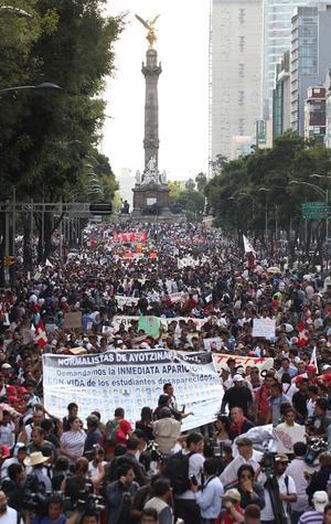 En la Ciudad de México, unas 10,000 personas encabezadas por familiares de los estudiantes desaparecidos marcharon desde el emblemático Ángel de la Independencia hasta el Zócalo capitalino, también para pedir justicia.