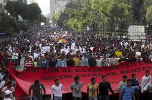 La protesta nacional fue convocada por familiares de los 43 jóvenes que permanecen desaparecidos tras los ataques a tiros registrados en Iguala, en los que murieron seis personas y 25 resultaron heridas.