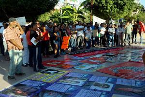 """""""Es un caso muy grave, queremos que aparezcan vivos todos los estudiantes y que se castigue a los responsables, no podemos permitir más situaciones como ésta en un país tan golpeado por la violencia... vamos a seguir apoyando a los compañeros de Ayotzinapa en cualquier movimiento"""", aseguró Antonio Rivera, estudiante de la Facultad de Ciencias Políticas y Sociales de la U. A. de C., Torreón."""