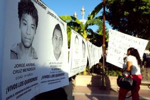 Activistas, maestros y miembros de la sociedad civil en La Laguna se manifestaron en calles de Torreón para exigir justicia en el caso de los estudiantes de Ayotzinapa que desaparecieron el pasado 27 de septiembre en Iguala, Guerrero.