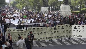 Miles de personas marcharon en varias ciudades del país y el mundo para exigir a las autoridades mexicanas la presentación con vida de los 43 normalistas de Ayotzinapa desaparecidos en Iguala, Guerrero.