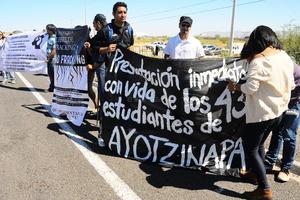 """Los manifestantes también mostraron su rechazo al """"fracking""""."""