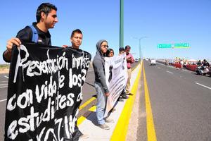 Justicia por el caso Ayotzinapa y la presentación con vida de los normalistas desaparecidos fueron las exigencias.