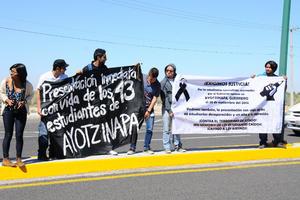 Los jóvenes se plantaron en el camellón central de la autopista Torreón- San Pedro.