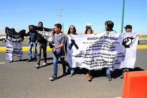 Los manifestantes traían lonas con mensajes de reclamo al Gobierno.
