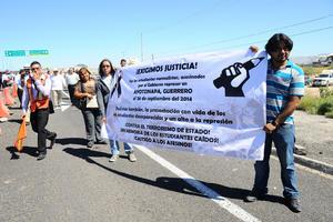 Un grupo de jóvenes protestó a unos metros de donde estuvo el presidente Enrique Peña Nieto.