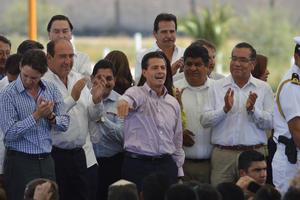 Peña Nieto arribó al aeropuerto Internacional Francisco Sarabia de Torreón, acompañado de varios secretarios de su gabinete.