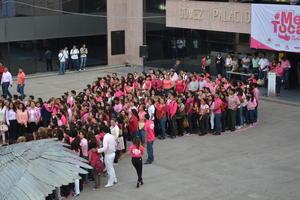 Se congregaron decenas de mujeres y estudiantes para dar forma al emblema que caracteriza al mes rosa y la lucha contra el cáncer.