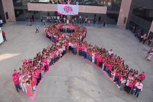 Este lunes, se formó un lazo humano por cientos de personas vestidas de color rosa, en la explanada de la Presidencia Municipal de Gómez Palacio.