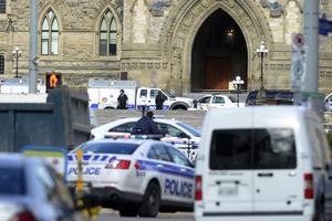 Momentos de tensión se vivieron en Canadá por un ataque contra un soldado que hacía guardia junto a un monumento en el exterior del Parlamento.