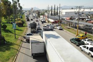 El tráfico se vio afectados por dos horas tras la entrada y salida de pipas a la empresa.