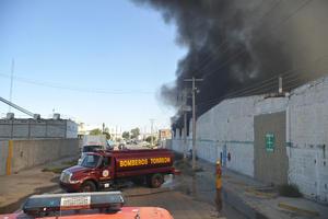 La calle Cuencamé fue cerrada al paso vehicular ante el temor de que una de las bardas de la empresa se viniera abajo.