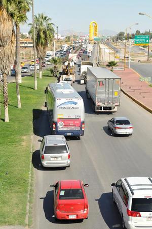 La fila de autos se extendió a lo largo del puente que une a las ciudades de Torreón y Gómez Palacio.