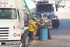 Puesto que algunas pipas no contaban con suficiente combustible fue necesario que las llenaran en el lugar.
