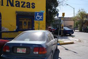 Amontonan señalamientos. En la calle Juárez de Gómez Palacio los señalamientos para discapacitados se encuentran 'muy juntos'.