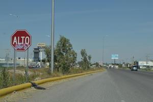 Descuidan los 'Altos'. Sobre el periférico Ejército Mexicano, en Ciudad Lerdo, se encuentra la señal de alto, también en mal estado.