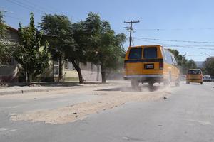 Calles en mal estado. Sobre la calle Javier Mina de la ciudad de Torreón, se encuentra la carpeta asfáltica en malas condiciones.