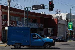 Nomenclatura poco visible. La nomenclatura de la avenida Independencia de Gómez Palacio, de día, es poco visible para los conductores.