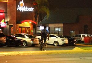Ciclistas circulan por donde pueden. No hay señalamientos para los ciclistas, además de que circulan sin luces y en sentido contrario sobre el bulevar Independencia de la ciudad de Torreón.