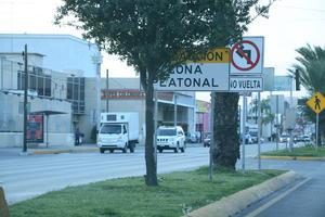 Letreros muy juntos en camellón. Sobre el bulevar Diagonal Reforma de Torréon, se encuentran dos letreros que indican 'No dar vuelta' y 'Zona Peatonal', no se distinguen porque están demasiado juntos.