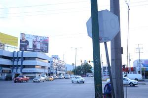 Señales ocultas. La señal de alto (derecha), no se ve con claridad, es en la calzada Abastos y Diagonal Reforma en Torreón.