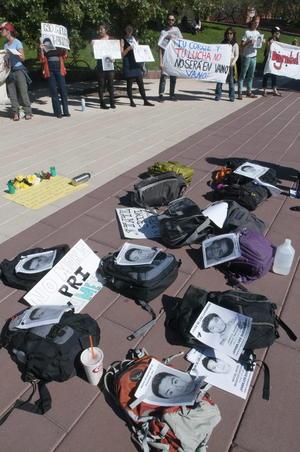 En Estados Unidos, un grupo de unos 60 estudiantes de la Universidad de Arizona se sumaron a los protestas y dejaron sus mochilas en el suelo con fotos de los 43 estudiantes desaparecidos.