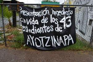 Afuera de la Escuela Normal de Torreón y de la Facultad de Ciencias Políticas de la UA de C, los alumnos realizaron mítines para manifestarse contra la desaparición de los 43 estudientes de Ayotzinapa.