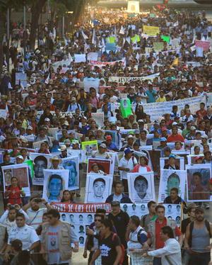 En la Ciudad de México, más de 50 mil personas, la mayoría jóvenes, se unieron en una marcha multitudinaria que transformó el corazón de la capital mexicana en una caja de resonancia con el mensaje claro de exigir la aparición de los 43 normalistas.