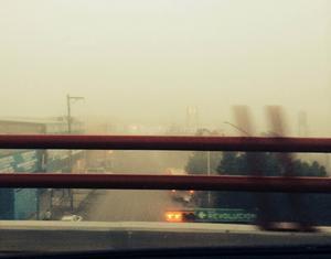 Desde un puente del bulevar Revolución se aprecia la poca visibilidad y la espesa niebla.
