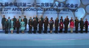 En foto grupal de APEC mandatarios portan vestimenta típica.