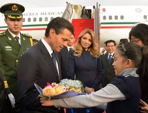 Además, como parte de la ceremonia de bienvenida, el mandatario federal recibió un obsequio de parte de una niña.